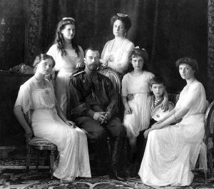 Nicolau II e sua família: Olga, Maria, Nicolau, Alexandra, Anastásia, Alexei e Tatiana.